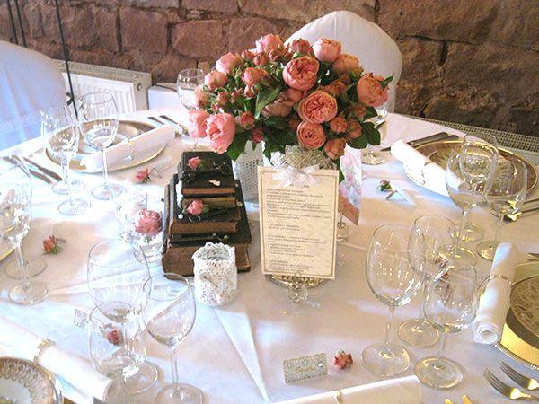 Vintage Hochzeitsdeko Mit Alten Buchern Weddstyle Hochzeitsdeko Tischdeko Hochzeit Hochzeit Mieten