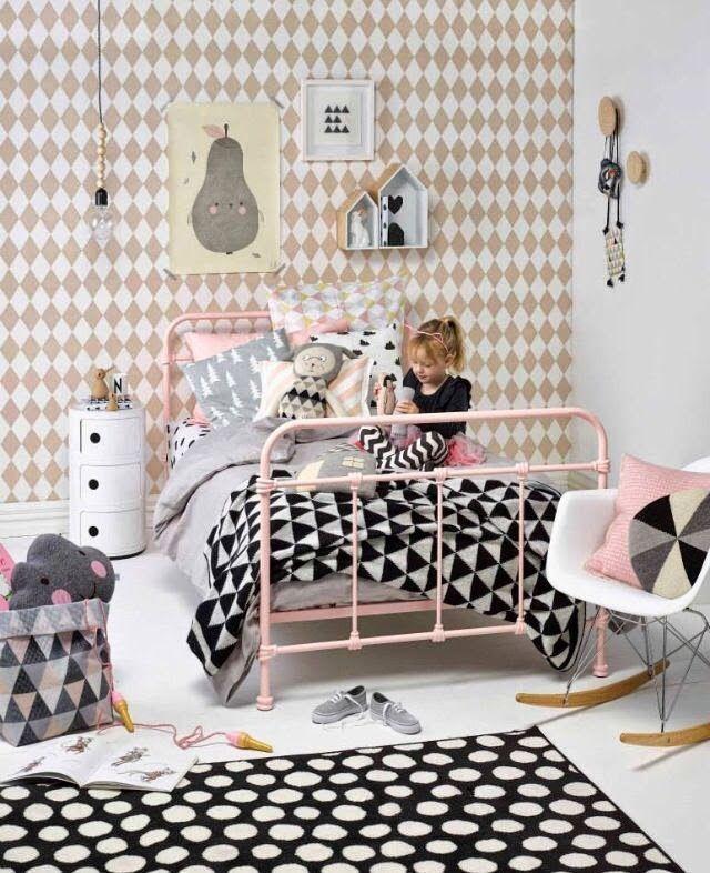 Du noir et blanc dans une chambre d\u0027enfant, adoucit par une couleur