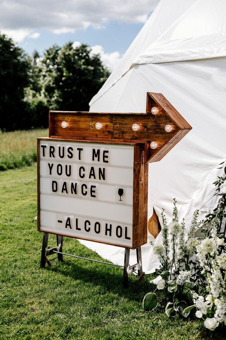 Braut im Blumenkleid von Stephanie Allin Festival-Hochzeit mit Imbisswagen & Zeremonie im Freien mit Geo-Kuppelzelt Baya Hire Epic Love Story Photography