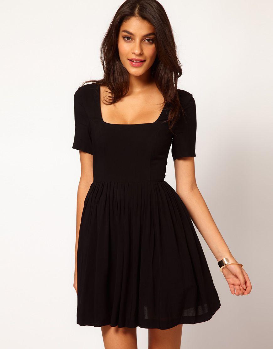 Vestido negro corto sencillo