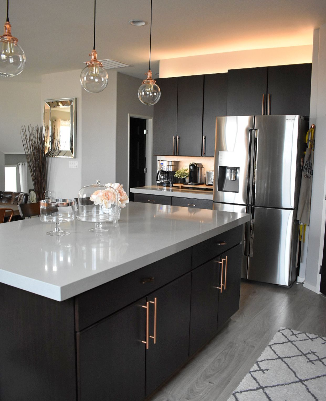 Https I Pinimg Com Originals Cf Dc 7a Cfdc7a634be366ec72621c67f2501c8a Jpg In 2020 Dark Kitchen Cabinets Modern Kitchen Cabinet Handles Distressed Kitchen Cabinets