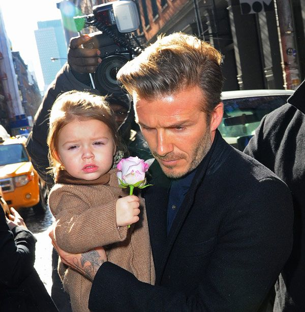 David Beckham Takes Stylish Harper To Lunch After Fashion Show. Harper trägt den Mantel von Nanos1