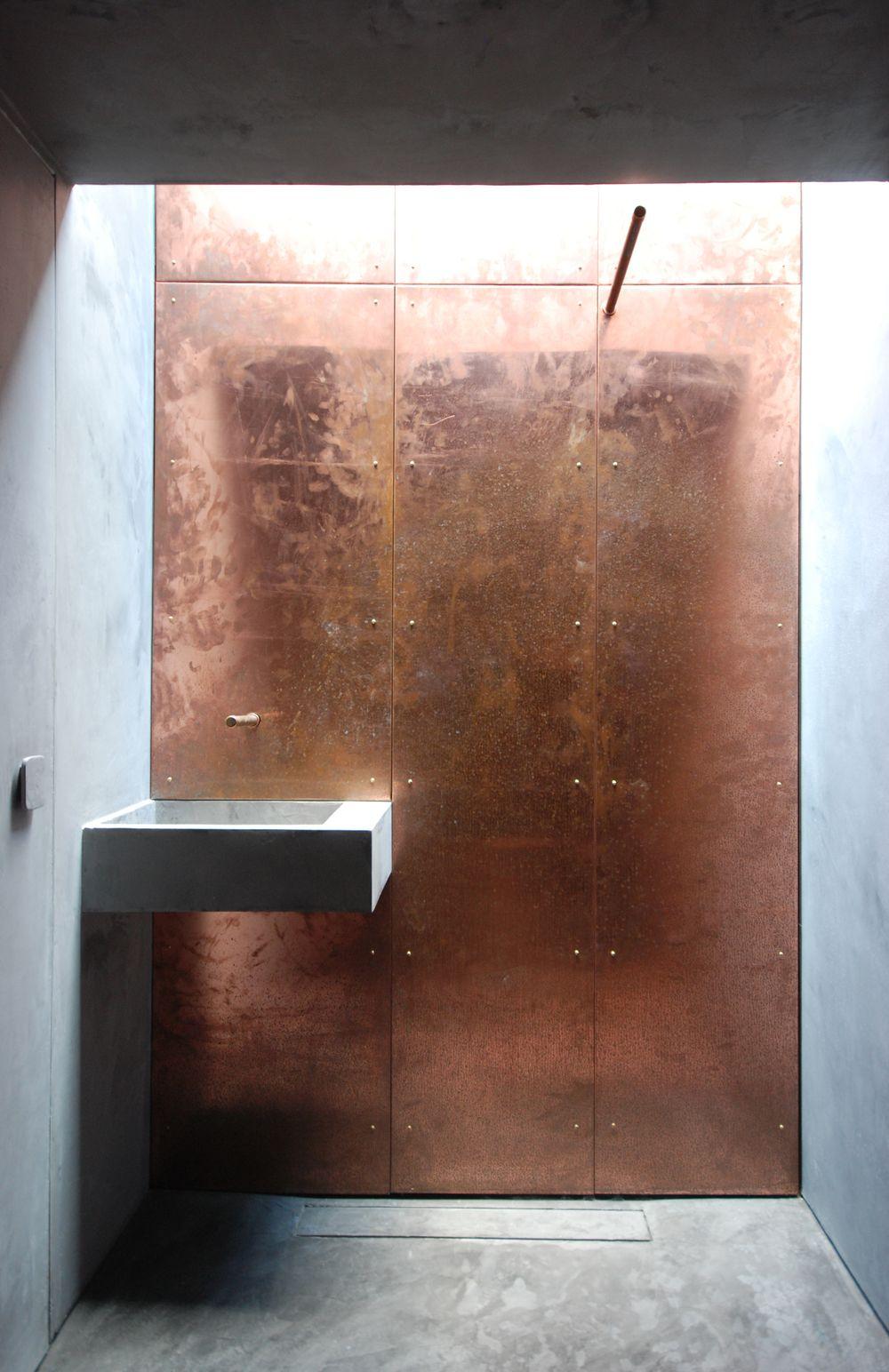 Kupferwand In Badezimmer Kupfer Am Bad Beton Betonboden Betondusche Das Bad In Den Eigenen Vier Wanden Als Wellnes Bathroom Design Bath Design Copper Interior