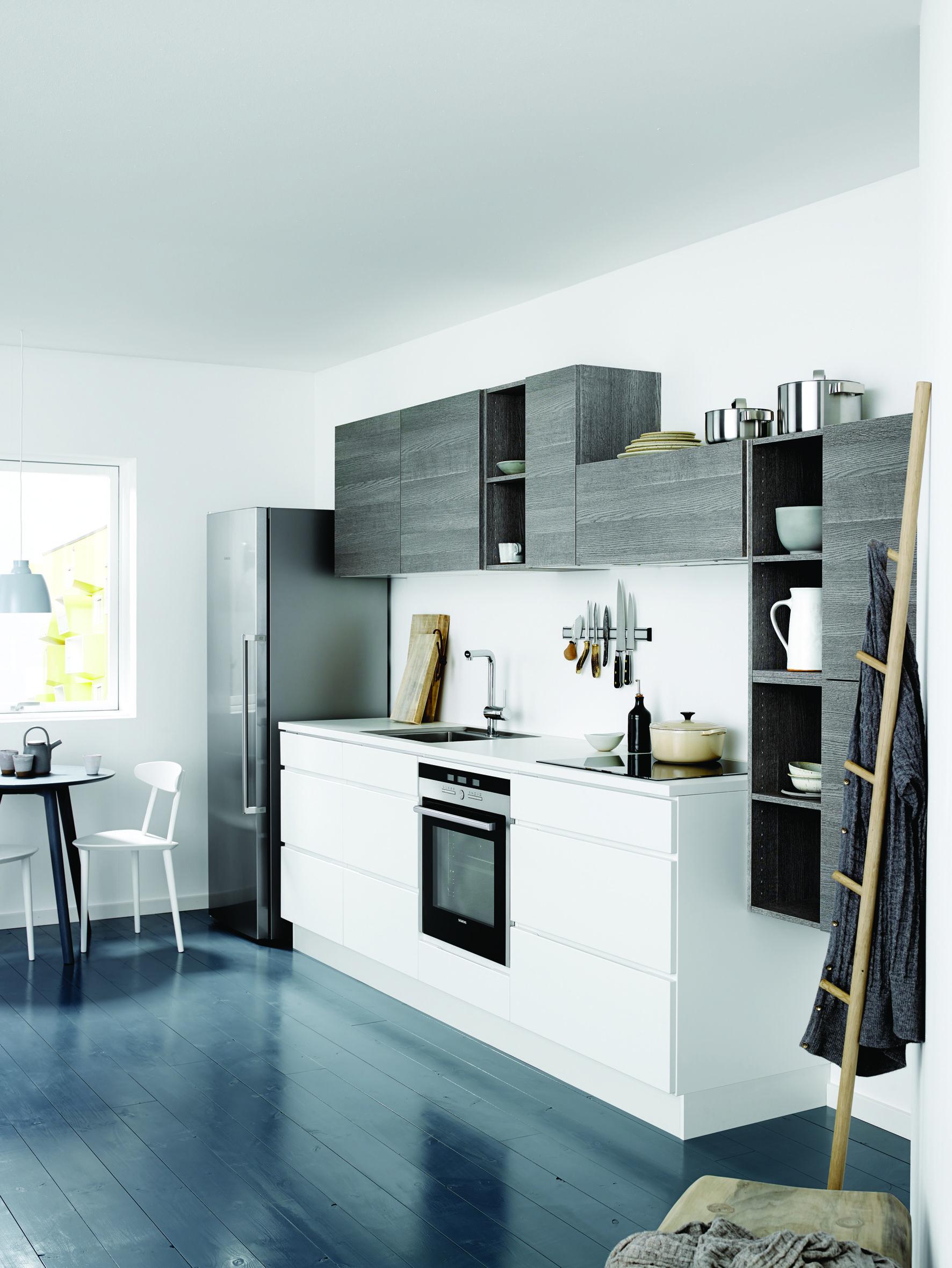 Reforma cocina peque a abierta muebles bajos lacados for Suelo cocina gris antracita