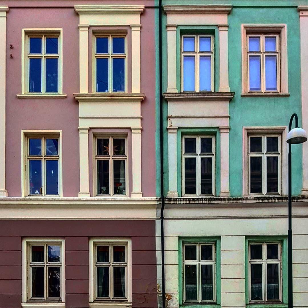 #oslo #oslobilder #stakkarsoss #visitoslo #grønland #gamlebyenoslo #schweigaardsgate #vestfoldgata #myklegardgata #arkitektur #architecture #architecturelovers #archilovers #archidaily #archdaily #igscandinavia #urban #urbanarchitecture #city #cityscape #seopposlo #lookup #lookingup #windows #windowsoftheworld #facade #colorful #january #saturday by aneanesen