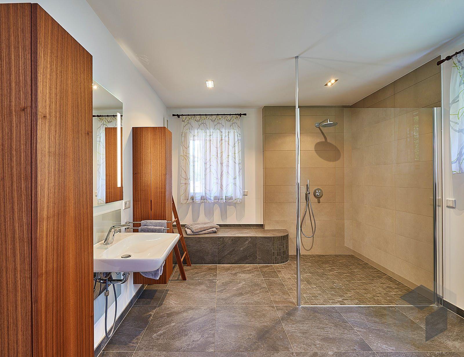 Rollstuhlgerechtes Bad Modern Eingerichtet In 2020 Haus Barrierefreies Wohnen Ideales Haus