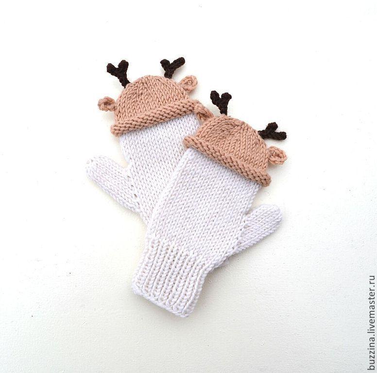 купить или заказать варежки вязаные в шапочках олени детские