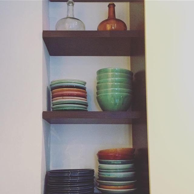 Sono arrivati. #leciotoledicaia si vestono di ceramiche che sanno delle mie origini @banchi_141 ha creato per me un servizio di piatti e ciotole con i colori del mio mare e della mia terra. Sono indecisa tra continuare a sospirare ammirandoli o mettermi ai fornelli per riempirli immediatamente. 💙