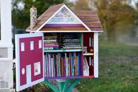 Free libraries / Pequenas bibliotecas em frente da casa
