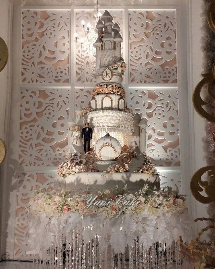 The wedding cake of Juned & Sari. Sri Ratu convention hall. #wedding #weddingcakes #weddingcakesemarang  @luckystar_wedding  @galaxy_decoration  @technolighting http://gelinshop.com/ipost/1518990490653366915/?code=BUUic2klxqD