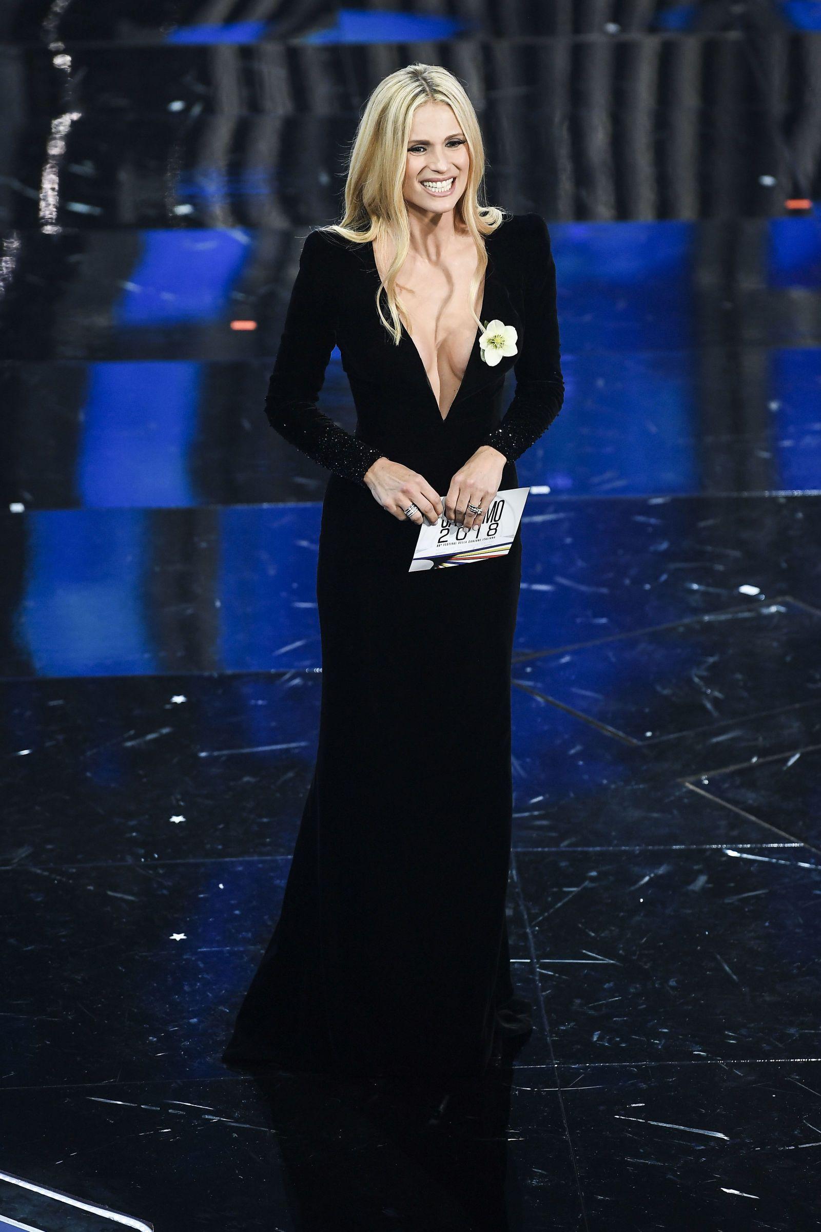 7d78474b22f66 Michelle Hunziker con il suo look a Sanremo 2018 ci insegna come essere  alla moda ed elegantissime con i vestiti scollati nel 2018