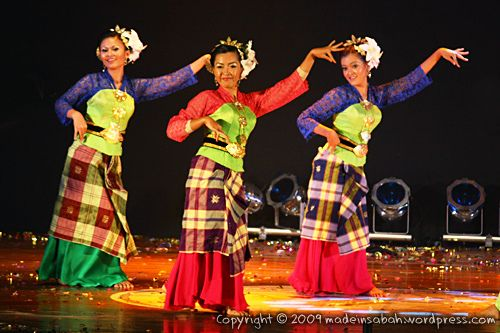 malaysia traditional dance Many foreigners love the cultural dance of malaysia today we gotta to show you the colourful of traditional culture dance of malaysia, hope you enjoy it th.