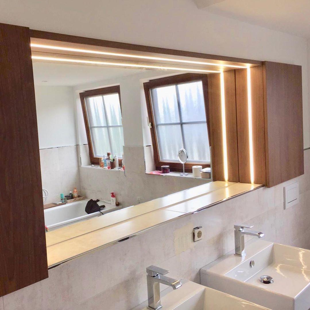 Badezimmer Spiegelschrank Mit Integriertem Licht Spiegel Ablage In Eine Nische Eingebaut Das Licht Lasst Sich Bathroom Mirror Framed Bathroom Mirror Mirror