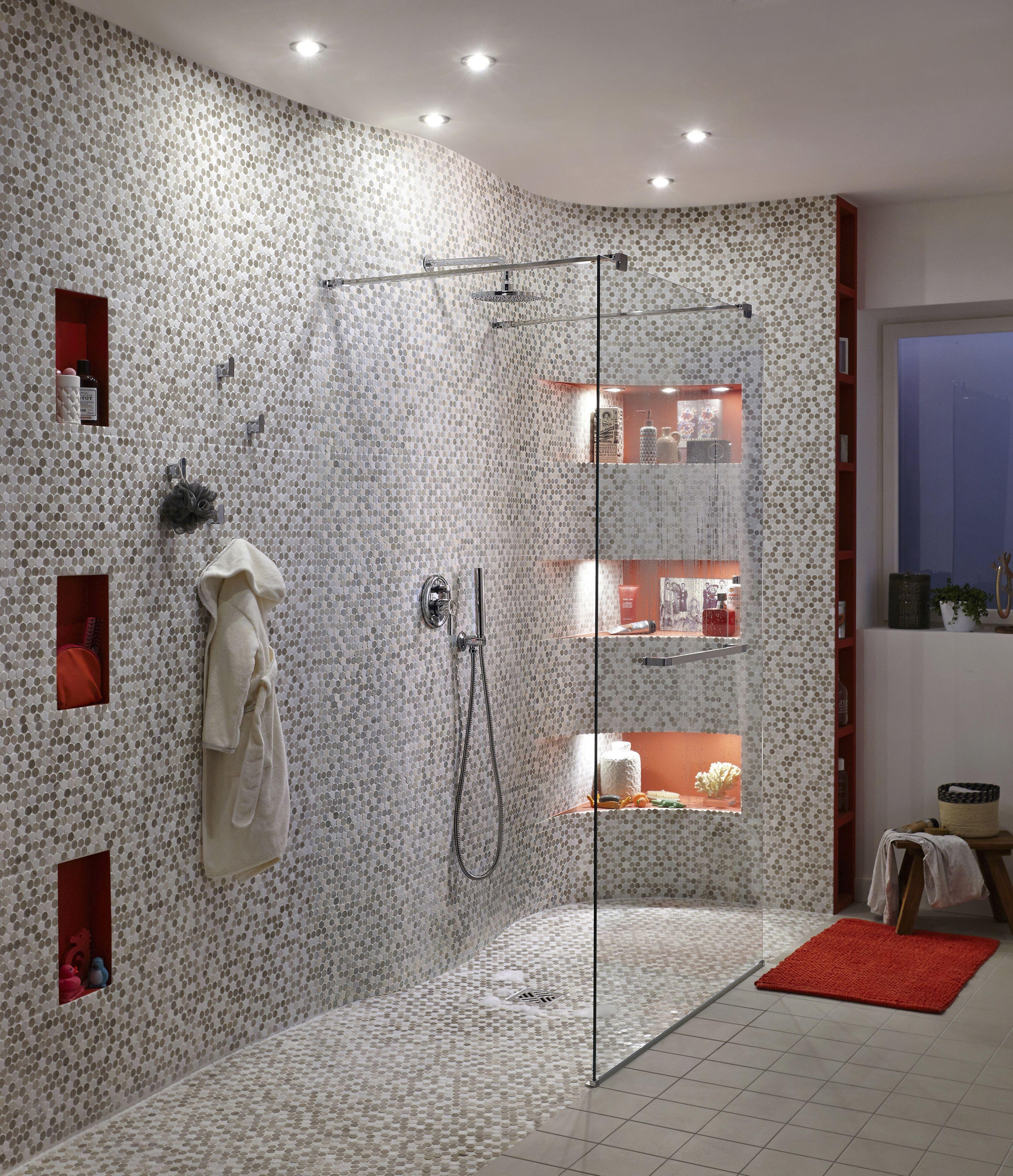 Douche à Lu0027italienne Agrémentée De Mosaïque En Marbre Blanc Et Moka.  #salledebains #doucheitalienne #marbre #mosaique