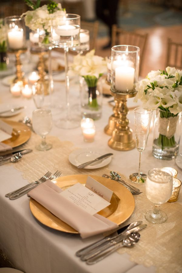 Gold chargers reception decor serviettes table et mise