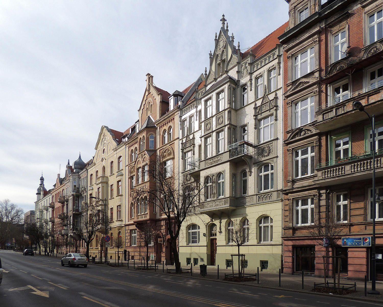 Kamienice o numerach nieparzystych na odcinku od skrzyżowania z ulicą Marii Curie-Skłodowskiej do skrzyżowania z ulicą Zygmunta Janiszewskiego.