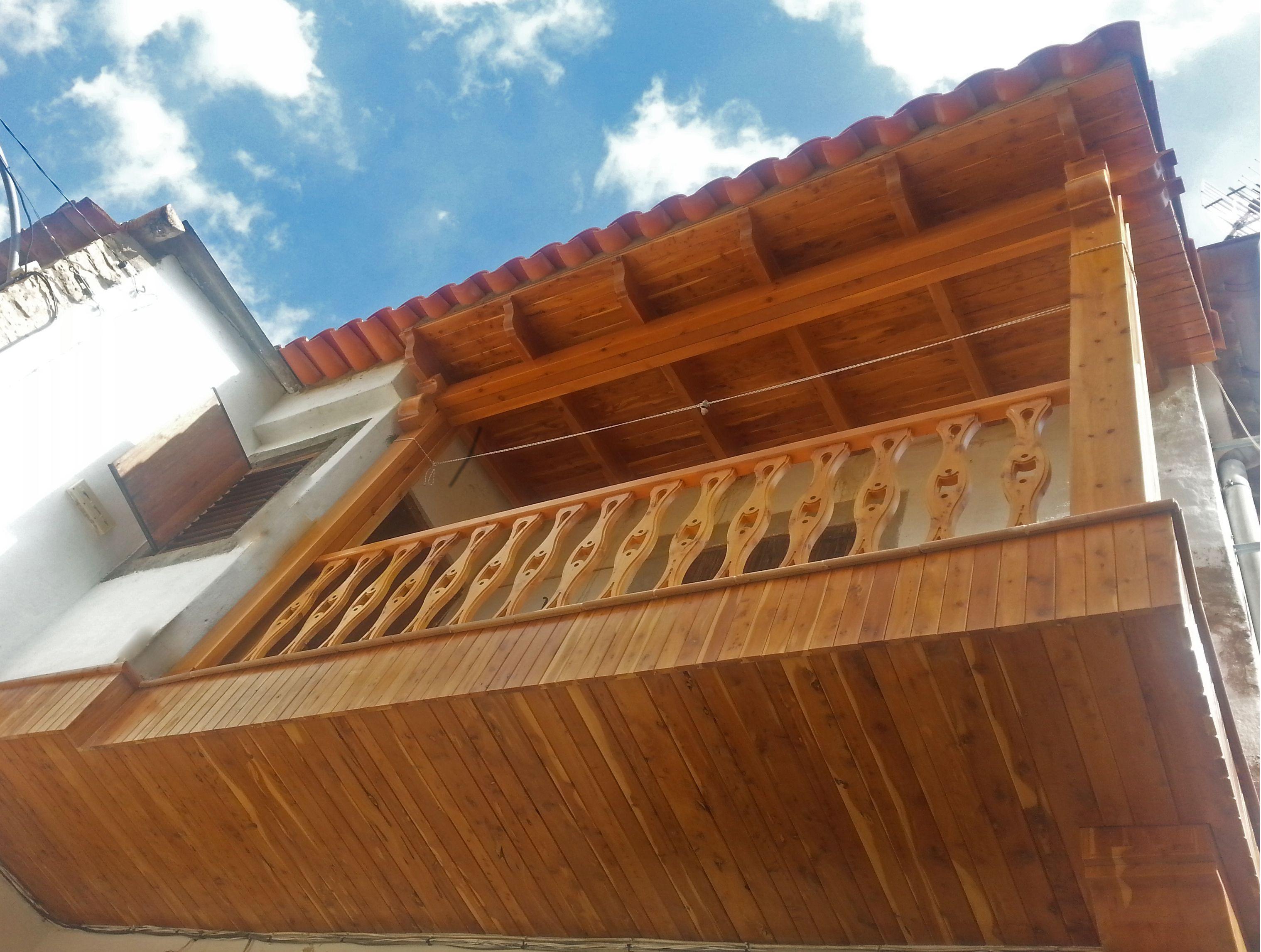 Balc n de madera de sabina tratada con pulimentos for Balcones madera exterior
