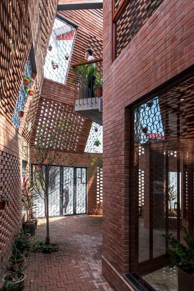 Galería de Luz natural, ventilación y naturaleza 17 patios