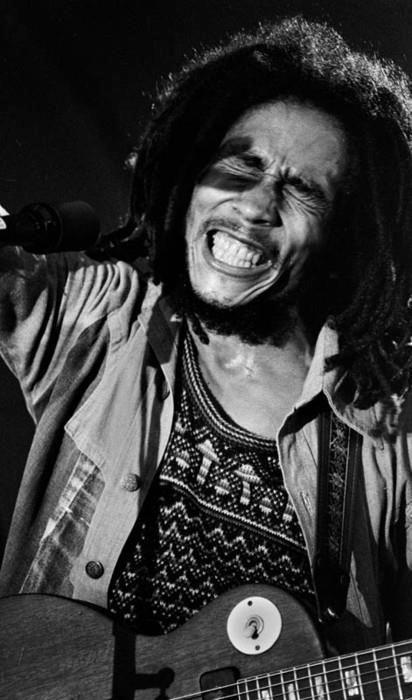"""Em uma entrevista, o repórter disse para Bob Marley: """"Continue conversando com as pessoas. Pode ser que elas nunca escutem a sua voz de novo"""". Então, Bob respondeu: """"Isso é para as pessoas que tem uma voz dentro de si, que conversam com elas, sabe, essa é a voz que essas pessoas devem escutar. Pois em tudo que vão fazer, existe o caminho errado e o caminho correto, e se escutarem bem, verão qual é o caminho certo."""""""