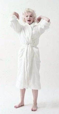 """Marilyn White Robe Sitting Photo By Milton Greene 1955 Å¥³æ€§ Þリリンモンロー Å¥³å""""ª"""