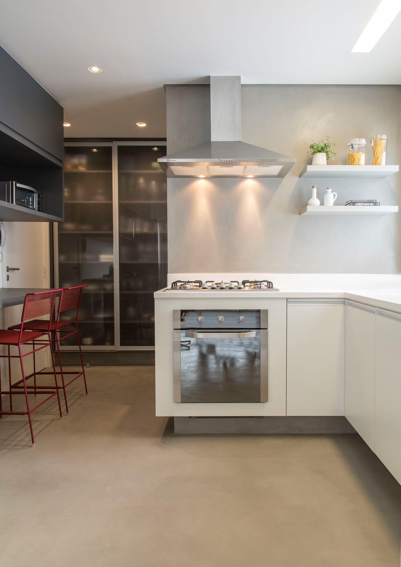 Cozinha Moderna Com Toques De Cor Parede De Cimento Queimado Piso