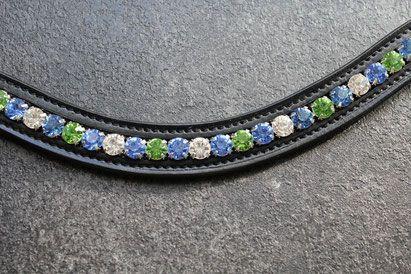 Schwarzer Lederstirnriemen mit silberner Kesselkette. Verwendet wurden die Farben Crystal, Light Sapphire und Peridot