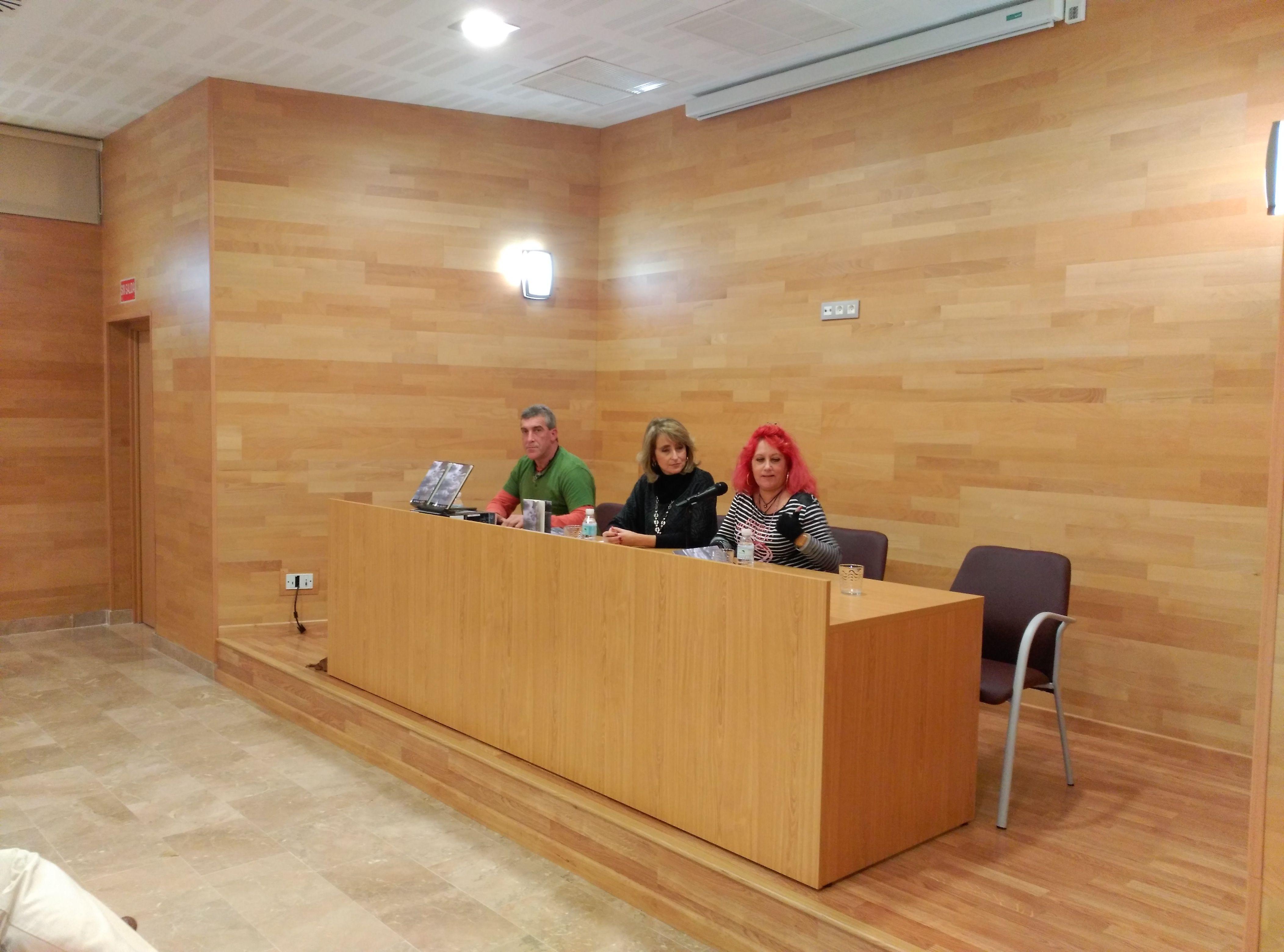 """La asociación Hércules de las Artes y las Letras presenta en Algeciras el poemario """"Letras endistintas"""" del linense Alfredo Valencia."""
