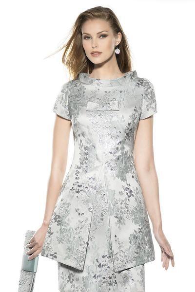 Consultar precio o pedir una cita Vestido de fiesta para madrinas o invitadas adamascado color gris plata con sobrecuerpo, manguita y escote estilo mao.Colección Teresa Ripoll. Modistería amedida.