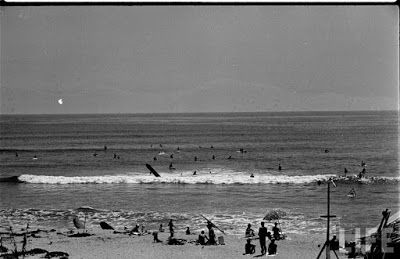 El surf... el de los 50... el de las tablas de madera... el de las playas vírgenes, todavía  Loomis Dean, serie 'Beach Bums', 1950 (Archivo Time Life)  http://loquevelacamara.blogspot.com.es/