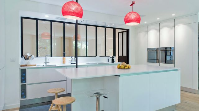 Une cuisine blanche qui a de lu0027allure CUISINE Pinterest - deco maison cuisine ouverte