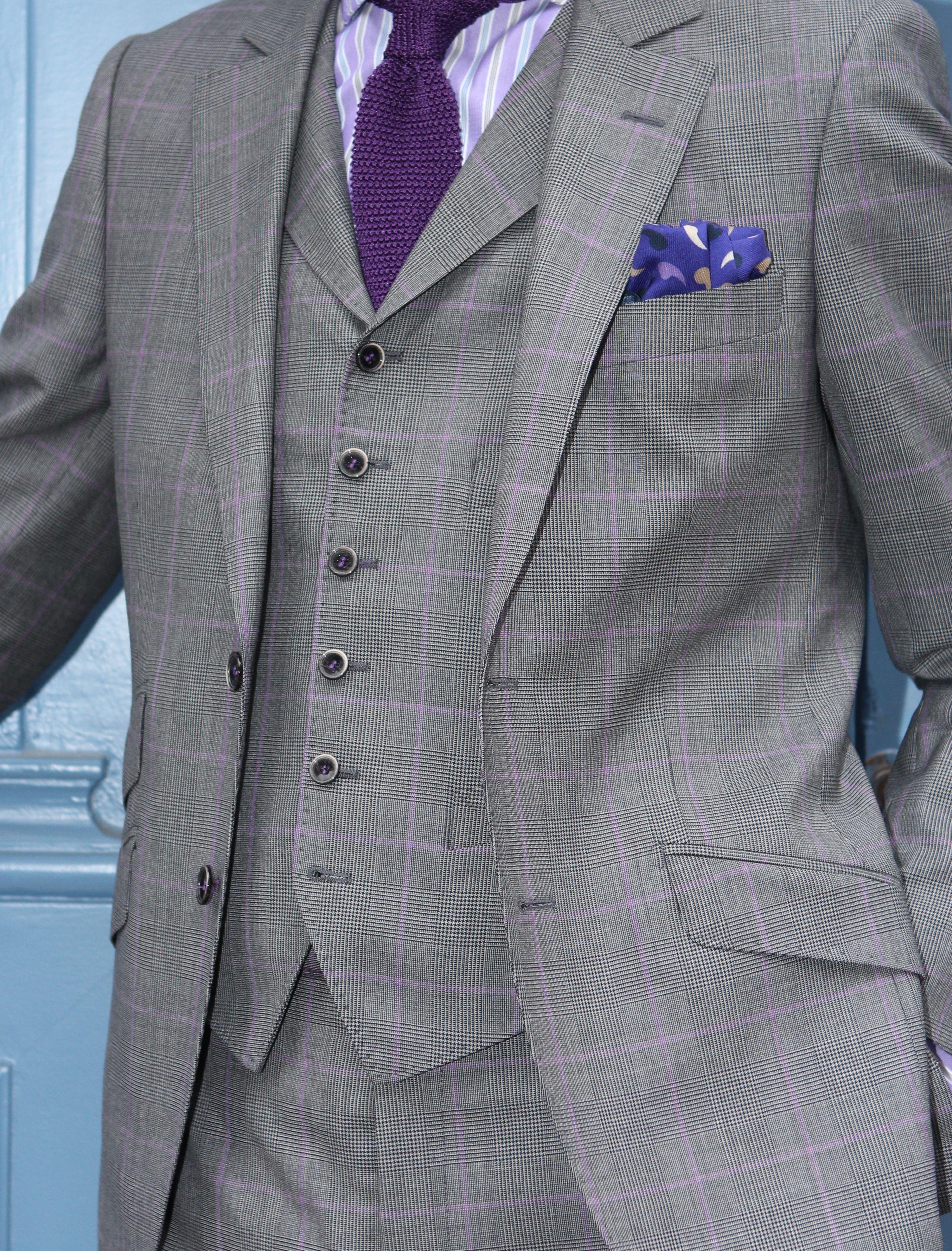 Costume anglais gris à motif Prince de Galle, contre carreaux parme! Gilet  anglais à revers 6 boutons   pantalon sans pince! Cravate tricot couleur  violet ... f141c73d4f4