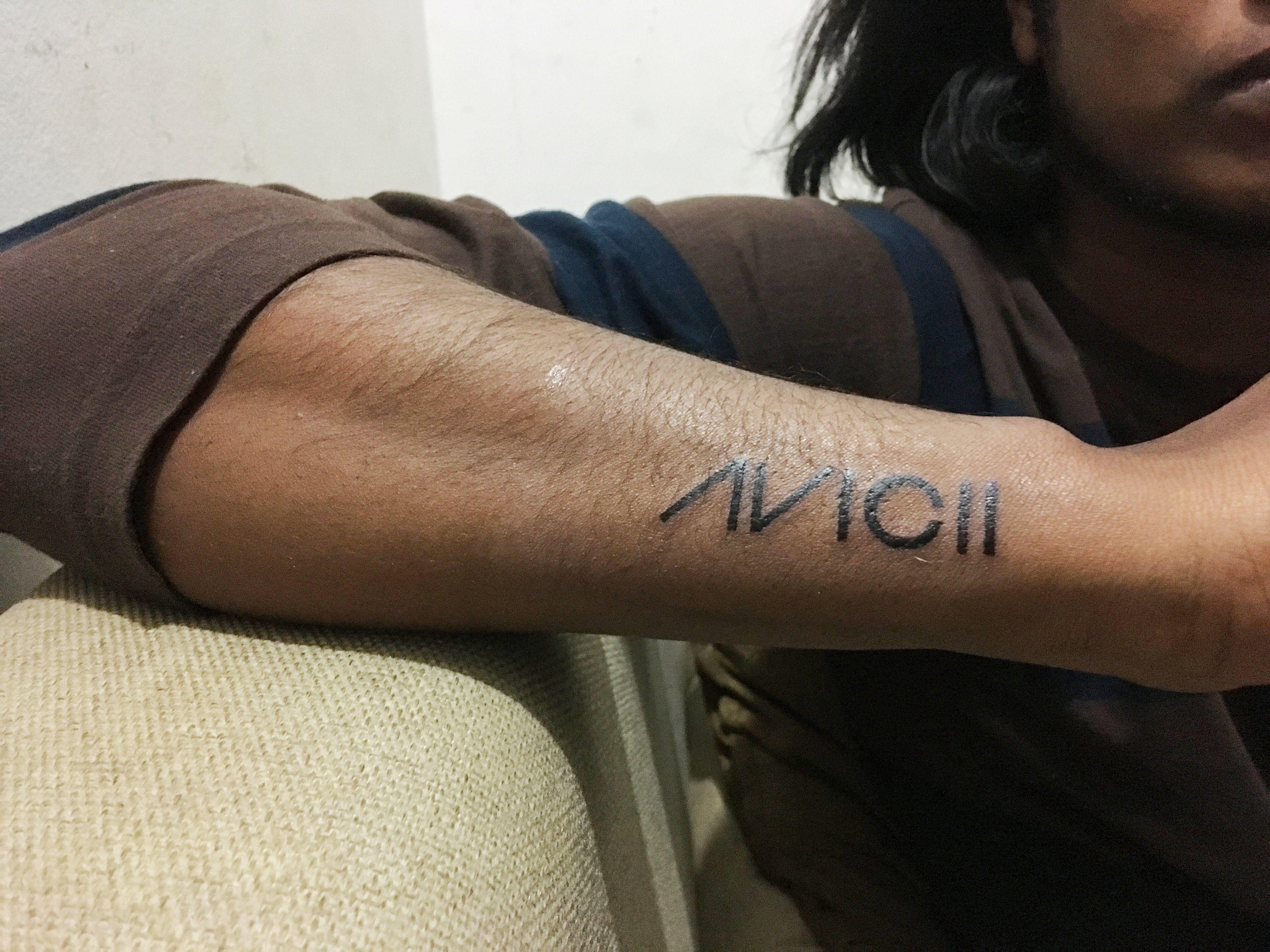 Avicii Tatoo Tatuaje De Dj Tatuajes Tatuaje Piercing