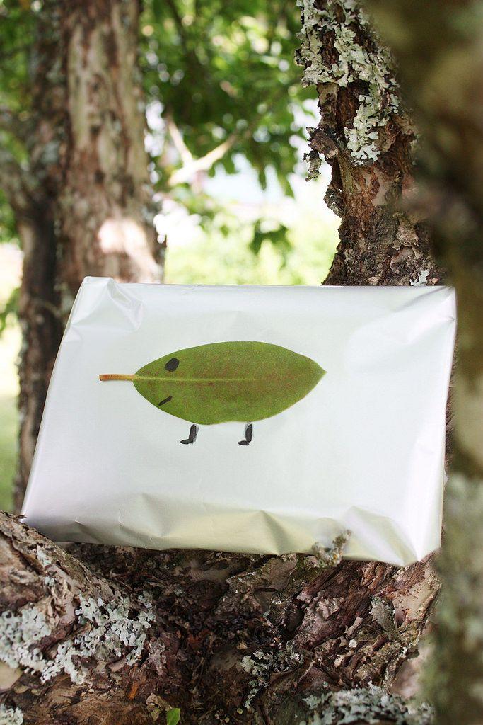 Gift wrapping idea / Paketointi-idea. Lahjapaketin koristelu alppiruusun lehdillä.