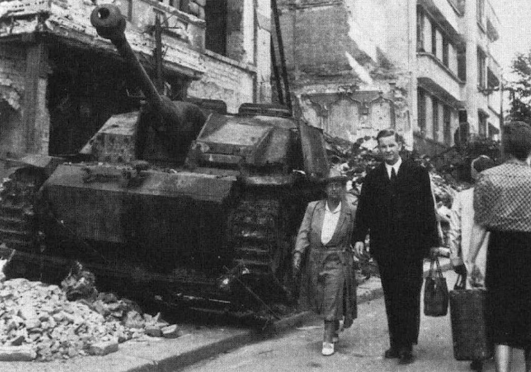 Berlin 1945 Das Stug III stand zuletzt am Ludwig-Kirch ...