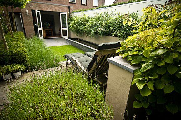 Buytengewoon stadstuinen groene achtertuin met strakke