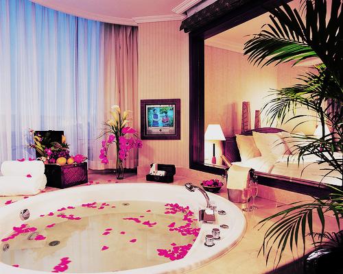 jacuzzi. Looks like the hotel room at Snoquamie Falls