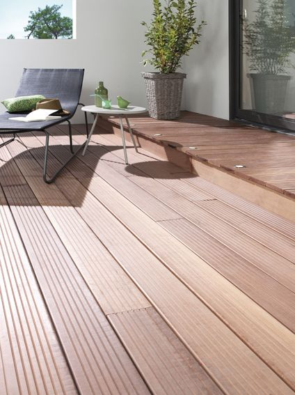 terrasse bois avec spots encastres dans une marche A l\u0027exterieur