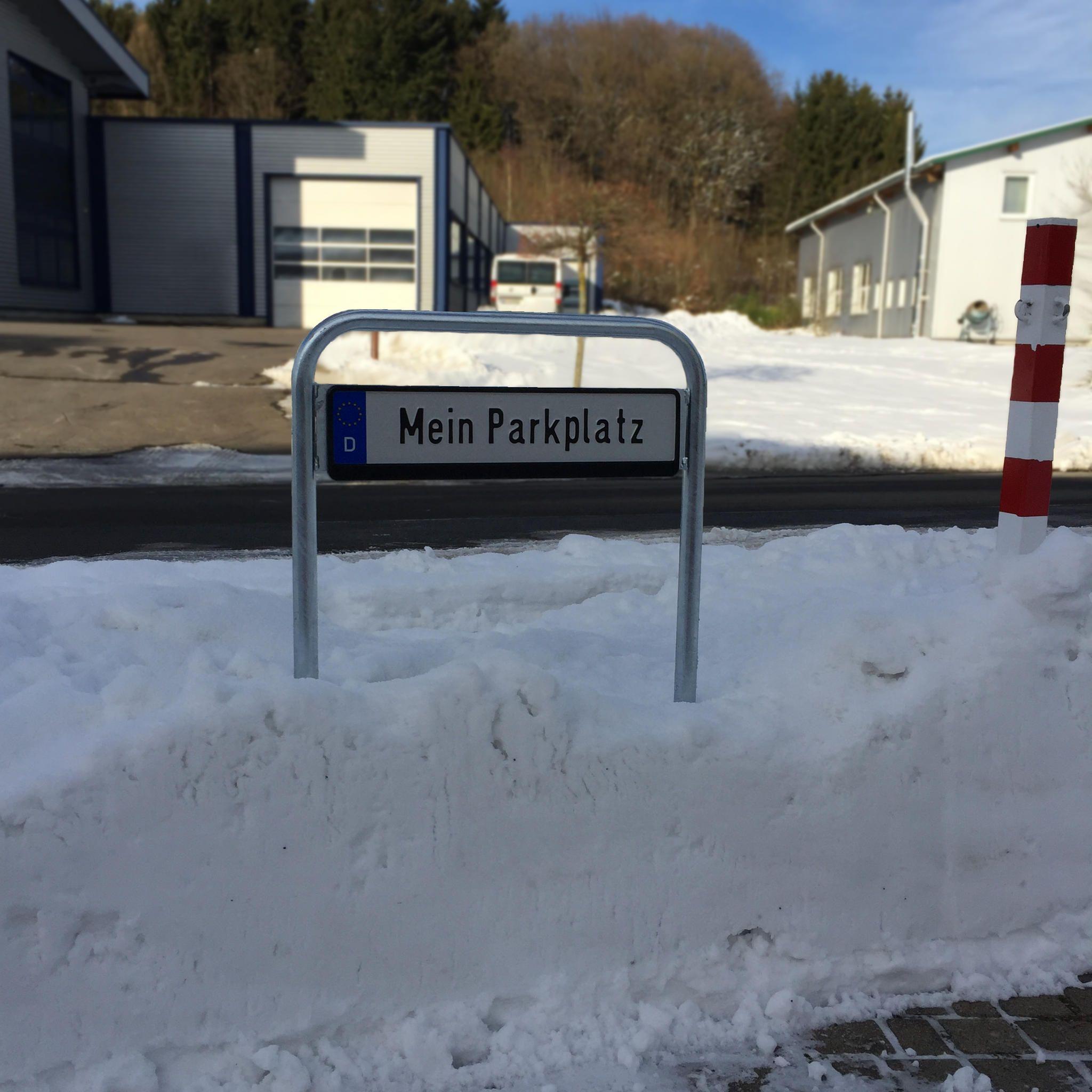 Machen auch im Schnee eine gute Figur: Durch Ihre Höhe von ca. 700 mm ist bei unseren Kennzeichenhaltern auch nach starkem Schneefall das Kennzeichen nicht im Schnee versunken.