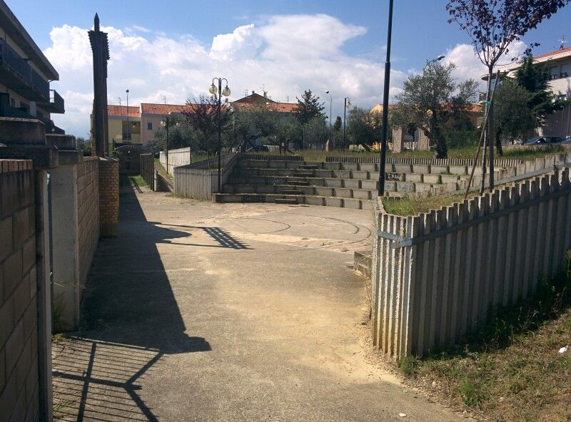 Teatro all'aperto a Loreto,  opera incompleta e inutilizzato,  utile solo per vendere cemento e spalmarlo sul territorio