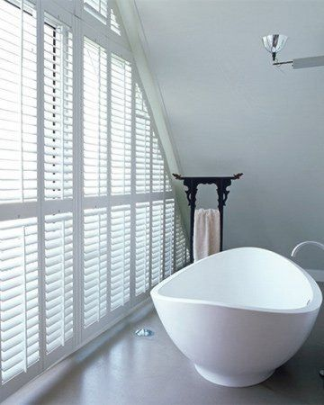 Witte shutters in badkamer met schuin dak #shutters ...