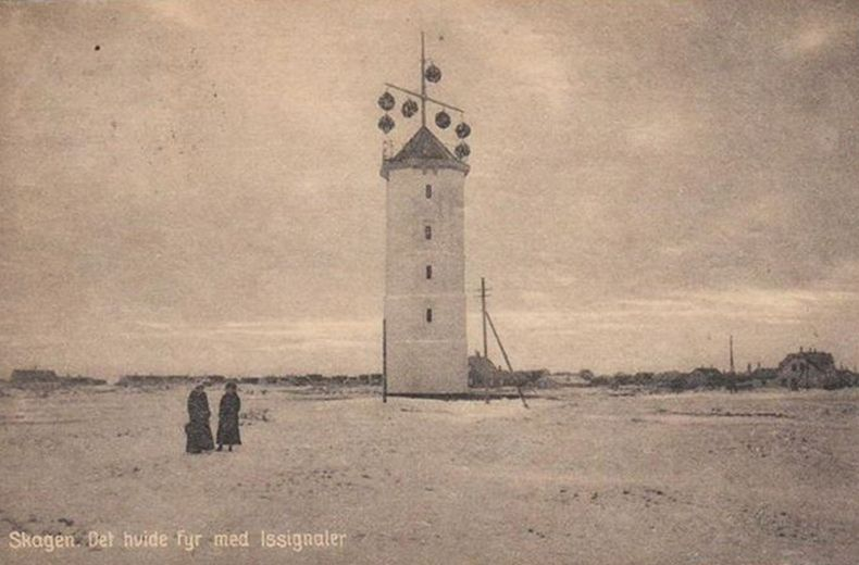 Hello again! Not so long ago I published a post about the famous Skagen Lighthouse (Skagen Fyr) and I shouldn't have started with that. Instead, I should have wrote about the White Lighthouse which basically the first one in the area. I didn't pay attentio