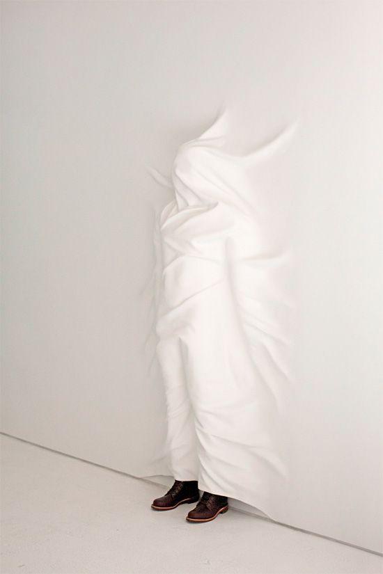 Hiding Figure Surreal Sculptures by Daniel Arsham WHİTE - moderne skulpturen wohnzimmer