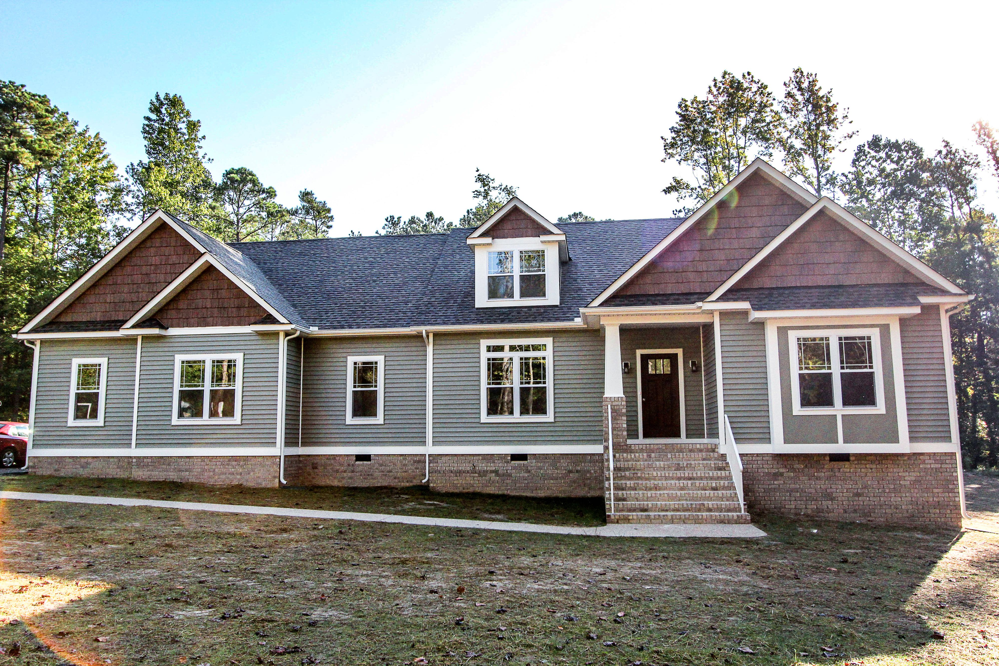 Craftsman style rancher home with vinyl siding wood for Piani bungalow artigiano