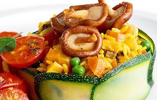 Riisi-tomaatti-sienisalaatti on kevyttä ja kaunista tarjottavaa.