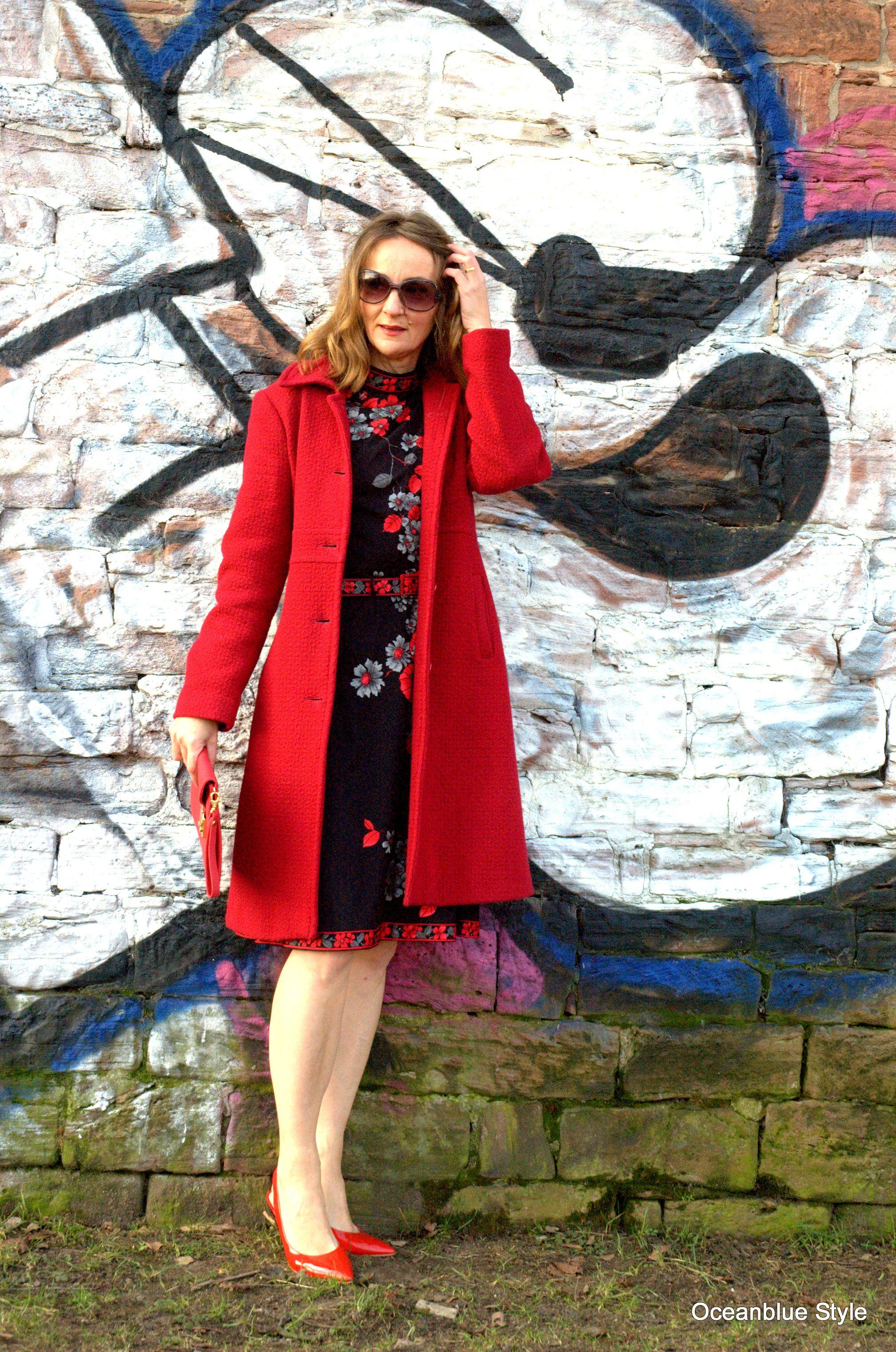 rote jacke zu blauem kleid
