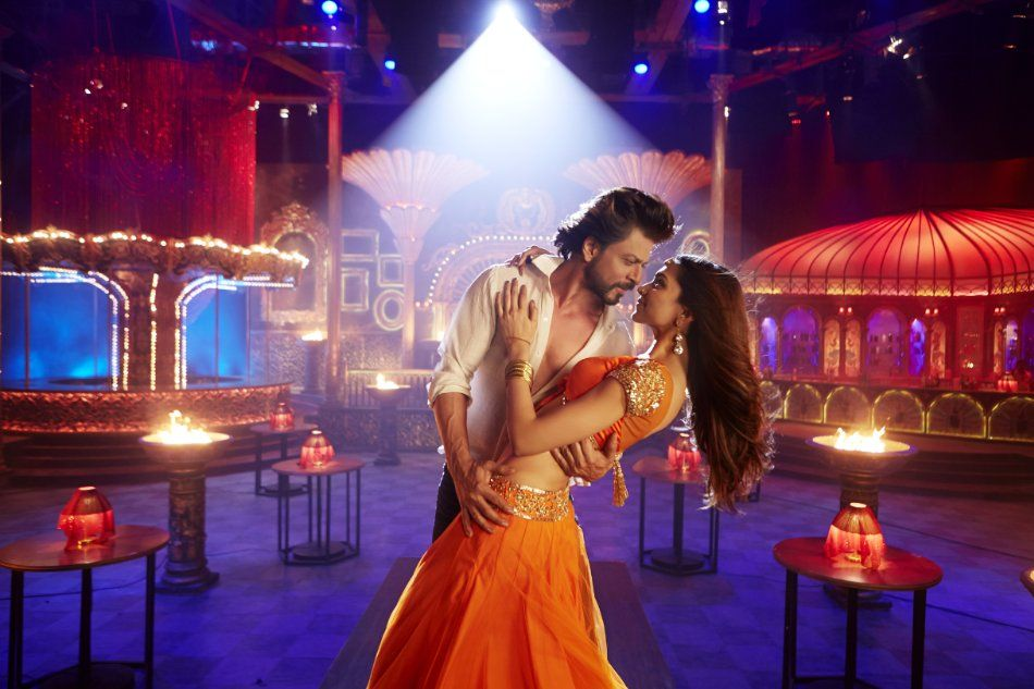 Still of Shah Rukh Khan and Deepika Padukone in Happy New ...