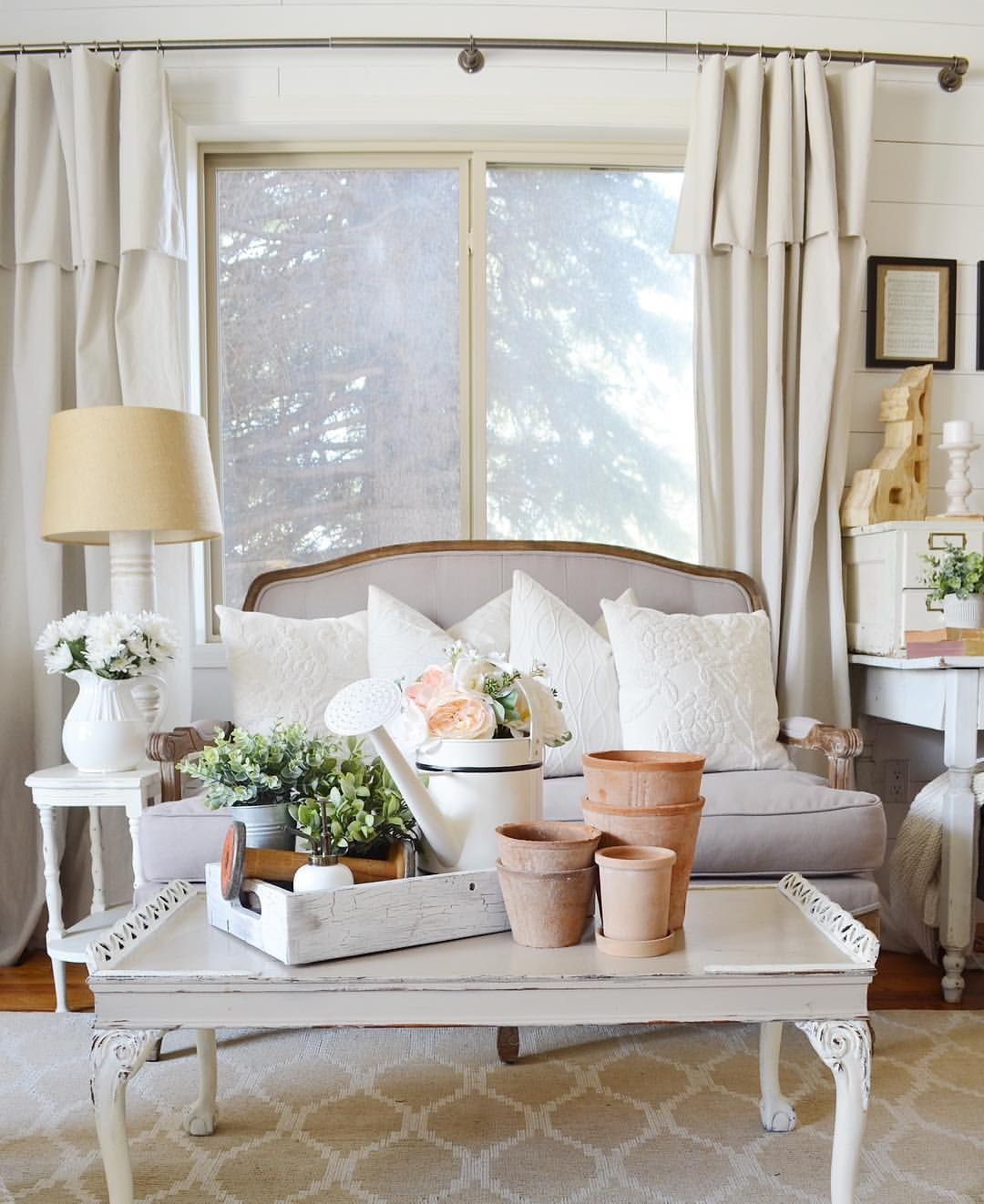 Farmhouse style spring decor in the living room | Spring ...