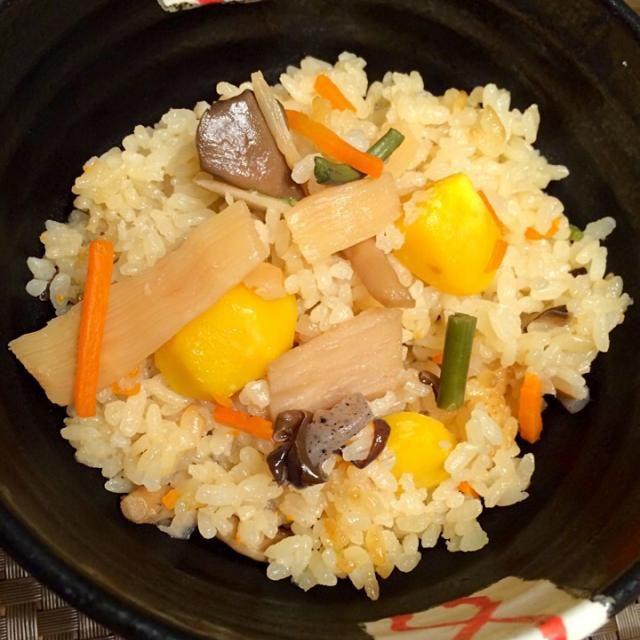 本物の栗がなかったので、レトルト素材使っちゃぃましたぁ(○´3`)ノ  どんぶりぢゃなく、お茶碗に盛りつけすれば良かったな♡ - 49件のもぐもぐ - 栗ご飯♪ by mimimimimiki