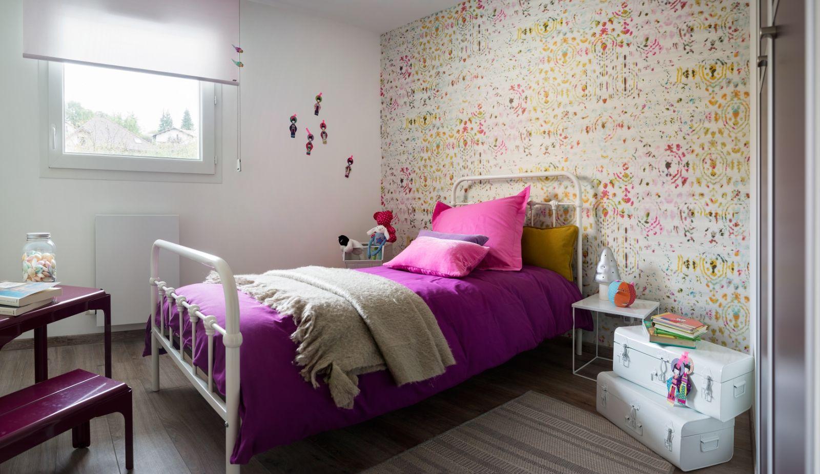 chambre d 39 enfant fille rose tapisserie moderne et. Black Bedroom Furniture Sets. Home Design Ideas