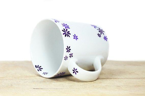 Peint une tasse de café en céramique à la main Cette tasse a une délicate fleurs de tailles différentes peintes en deux tons de violet. Il est très féminin, délicat et sûr d'être l'un de ces mugs préférés que nous aimons tous à atteindre pour le matin! Notez que chaque pièce est unique et peut être un peu différente de celle sur la photo. Dimensions 16oz Base: 3 de diamètre Hauteur: 4 cm COMMANDE sur MESURE: Ce modèle peut être reproduit sur tous les produits en céramique que vous trou...